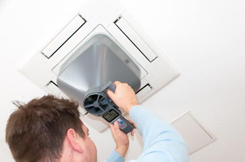 Il flussimetro a ventola con il coperchio per flusso volumetrico quadrato mentre misura un impianto di condizionamento