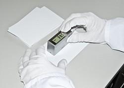 Il glossmetro PCE-GM 60 mente misura una superficie verniciata