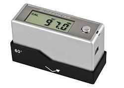 Il glossmetro PCE-GM 60 mentre si calibra sulla lastra di vetro al quarzo