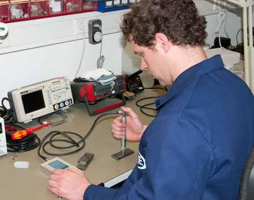 Misura su piastra metallica con il durometro a ultrasuoni