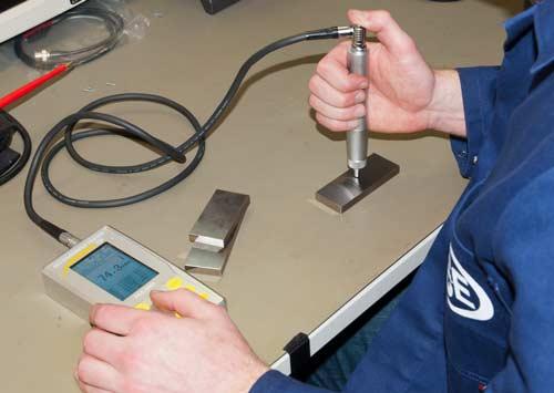 Il durometro ad ultrasuoni ha un cavo lungo ed un ampio display di facile lettura.
