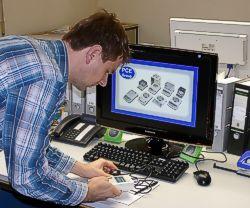 Il luxmetro PCE-L 100 mentre effettua una misurazione dell'illuminazione