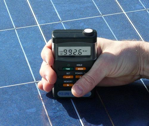 Misura in un pannello di cellule fotovoltaiche con il misuratore di energia solare PCE-SPM 1