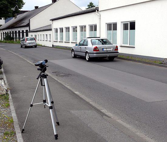 Fonometro PCE-322A mentre sta misurando il livello del rumore prodotto dal traffico.