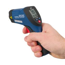 Confronto del termometro a infrarossi con una mano