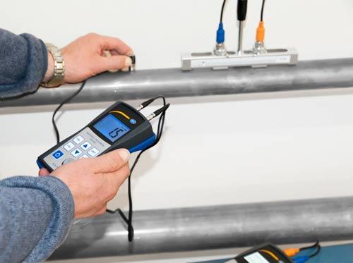 Lo spessimetro per materiali PCE-TG 50 mentre controlla una tubatura