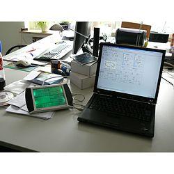 Qui osserva la stazione meteorologica PCE-FWS 20 connesso ad un portatile con software.