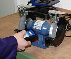 Immagine dell'uso dello stroboscopio LED PCE-LES 100