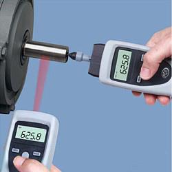 Il tachimetro digitale con un adattatore meccanico e una punta di misura