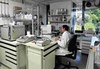 Uso della bilancia analitica nel laboratorio chimico.