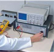 Calibrazione di un multimetro nel laboratorio.