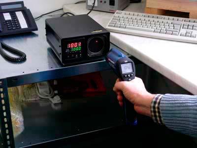 L'immagine mostra il calibratore mentre calibra un termometro a infrarossi