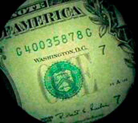 Vista di una banconota con un endoscopio sullo shop online