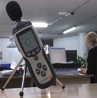 Fonometri misurando in una fabbrica