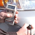 Misuratori di spessore per rivestimenti mentre misurano uno strato di acciaio