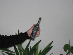 Misuratori di umidit&à verificando la temperatura ed l'umidità in un ufficio