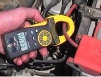 Testando l'intensità della corrente utilizzata da una batteria con i multimetri