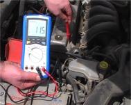 Controllo della massa in una batteria con i multimetri della serie PKT-3315