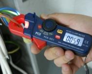 Testando la corrente in un cavo con i multimetri della serie PCE-DC1