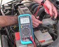 Testando la massa elettrica di un veicolo con i multimetri della serie PCE-DM 22