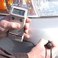 Spessimetri per rivestimenti mentre misurano uno strato di acciaio