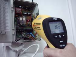 Termometri a infrarossi PCE-889 durante una misura